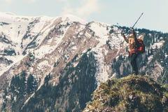 Viaggiatore felice che sta sull'alpinismo della scogliera Immagine Stock Libera da Diritti