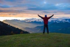 Viaggiatore felice con a braccia aperte ammirare tramonto fantastico fotografia stock libera da diritti