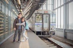 Viaggiatore felice del bambino con il vecchio treno del Giappone fotografie stock libere da diritti