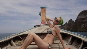 Viaggiatore felice della donna in bikini che si rilassa sulla barca video d archivio