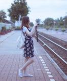 Viaggiatore femminile che fotografa ferrovia a Nakhon Sawan Tailandia immagini stock