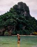 Viaggiatore femminile solo in acque tropicali alla baia Tailandia di Phang Nga fotografie stock libere da diritti