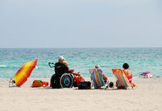 Viaggiatore invalido sulla spiaggia Immagine Stock Libera da Diritti