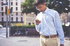 Viaggiatore maschio alla moda che cerca giusta direzione Immagine Stock Libera da Diritti