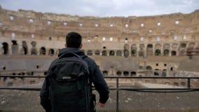 Viaggiatore maschio che cammina verso Roman Colosseum Italy stock footage
