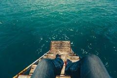 Viaggiatore maschio che si siede su Pier With Summer Sea View Viaggio Lifes fotografie stock libere da diritti