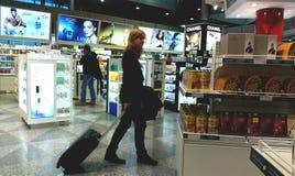 Viaggiatore nel negozio libero di dovere immagine stock