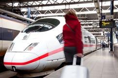 Viaggiatore nella stazione ferroviaria fotografie stock libere da diritti