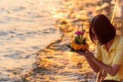 Viaggiatore pronto a Loy Kratong Festival a Wat Darn Temple Waterfront fotografia stock