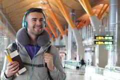 Viaggiatore sorridente circa da volare oltremare fotografia stock libera da diritti