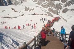 Viaggiatore sulla montagna della neve del drago della giada, Cina. Immagine Stock Libera da Diritti