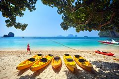 Viaggiatore sulla spiaggia in Tailandia Immagine Stock Libera da Diritti