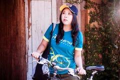 Viaggiatore tailandese asiatico sveglio della donna con una bicicletta Fotografia Stock Libera da Diritti