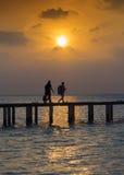 Viaggiatori al tramonto Fotografie Stock