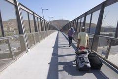 Viaggiatori che attraversano il ponte pedonale di San Ysidro nel Messico Fotografia Stock