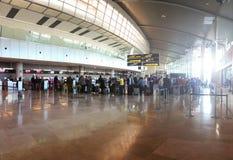 Viaggiatori che controllano ad un contatore di linea aerea nell'aeroporto di Manises a Valencia, Spagna immagine stock libera da diritti