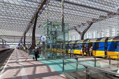 Viaggiatori che entrano in un treno ad alta velocità olandese Fotografie Stock