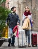 Viaggiatori che godono dello shopping tour Fotografia Stock Libera da Diritti