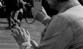 VIAGGIATORI CON SMARTPHONE E IPHONES Fotografia Stock