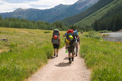 Viaggiatori con zaino e sacco a pelo Fotografia Stock Libera da Diritti