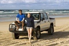 Viaggiatori con zaino e sacco a pelo 4WDing sull'isola di Fraser dell'Australia Fotografie Stock