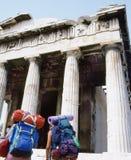 Viaggiatori con zaino e sacco a pelo all'acropoli, Atene immagine stock libera da diritti