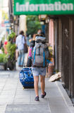 Viaggiatori con zaino e sacco a pelo a Bangkok Fotografia Stock Libera da Diritti