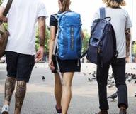 Viaggiatori con zaino e sacco a pelo in Chiang Mai Thailand fotografia stock libera da diritti