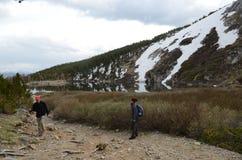 Viaggiatori con zaino e sacco a pelo in Colorado Fotografia Stock