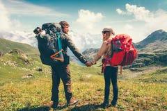 Viaggiatori con zaino e sacco a pelo felici dell'uomo e della donna delle coppie insieme Fotografia Stock Libera da Diritti