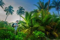 Viaggiatori con zaino e sacco a pelo nella giungla Fotografie Stock Libere da Diritti