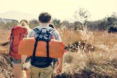 Viaggiatori con zaino e sacco a pelo su un'avventura insieme immagine stock libera da diritti