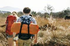 Viaggiatori con zaino e sacco a pelo su un'avventura nella foresta fotografia stock