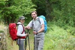 Viaggiatori con zaino e sacco a pelo su un viaggio d'escursione fotografia stock libera da diritti