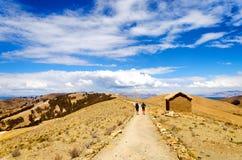 Viaggiatori con zaino e sacco a pelo sull'isola del Sun Fotografie Stock Libere da Diritti
