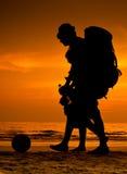 Viaggiatori con zaino e sacco a pelo sulla spiaggia Fotografia Stock