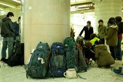 Viaggiatori con zaino e sacco a pelo a Tokyo Immagine Stock
