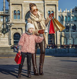 Viaggiatori del bambino e della madre a Milano che indicano su qualcosa Immagine Stock