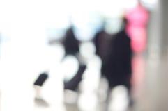 Viaggiatori dell'aeroporto che camminano con l'estratto dei bagagli Fotografia Stock Libera da Diritti