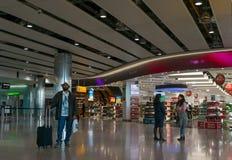 Viaggiatori dell'aria all'aeroporto di Heathrow a Londra fotografia stock libera da diritti