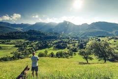 Viaggiatori delle coppie in montagne delle alpi della Slovenia Immagini Stock Libere da Diritti