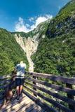 Viaggiatori delle coppie in montagne delle alpi della Slovenia Fotografie Stock Libere da Diritti
