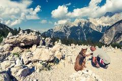 Viaggiatori delle coppie in montagne delle alpi della Slovenia Immagini Stock