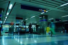Viaggiatori non identificati dentro l'entrata di MRT alla stazione della metropolitana Il MRT serve giornalmente 240.000 passegge immagine stock libera da diritti