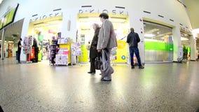 Viaggiatori sulla stazione ferroviaria archivi video