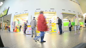 Viaggiatori sulla stazione ferroviaria stock footage