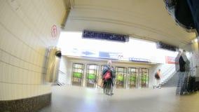 Viaggiatori sulla stazione ferroviaria video d archivio