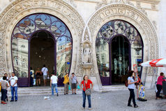 Viaggiatori vicino alla stazione ferroviaria di Rossio, Lisbona Immagini Stock
