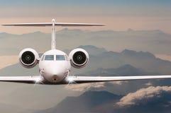 Viaggio in aerei L'aeroplano sorvola le nuvole e la montagna delle alpi sopra giù Vista frontale di grande passeggero o aereo da  Immagine Stock Libera da Diritti