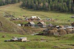 Viaggio al villaggio russo L'aspetto tipico di un villaggio moderno nelle montagne di Altai Fotografia Stock